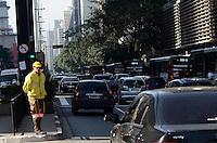 SAO PAULO, 21 DE MAIO DE 2012 - TRANSITO SP - Transito pela manha na Avnida Paulista nesta segunda feira. FOTO:ALEXANDRE MOREIRA - BRAZIL PHOTO PRESS
