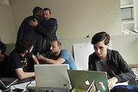 Milano: il collettivo Macao occupa la torre Galfa per farne un centro culturale. I ragazzi dell'ufficio comunicazione lavorano alla divulgazione delle notizie