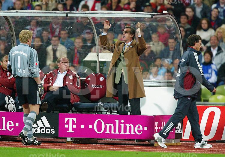 FUSSBALL 1. Bundesliga Saison 2002/2003 4.Spieltag FC Bayern Muenchen 3-1 TSV 1860 Muenchen    Aufregung auf der FC B Bank; Co Trainer Michael Henke (re) wird von Schiedsrichter Joergen Aust auf die Triboene geschickt: Trainer Ottmar Hitzfeld (mitte); Manager Uli Hoeness; Oliver Kahn (li)