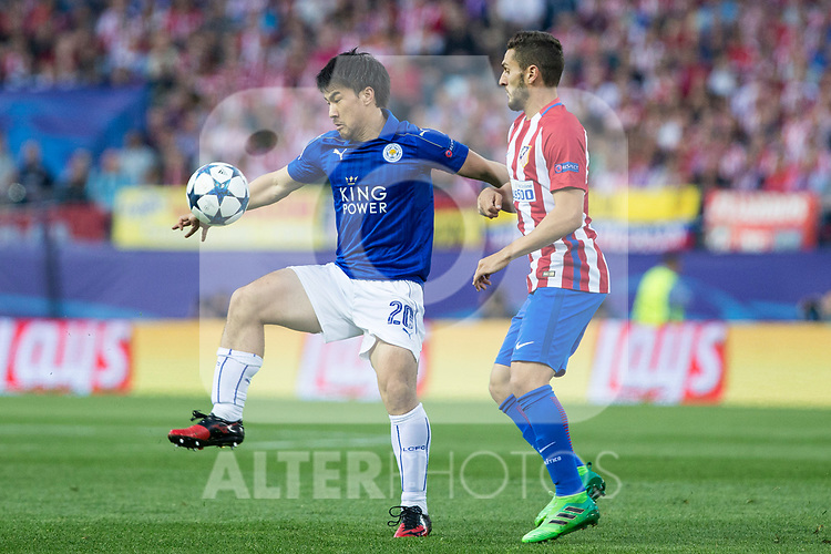 Shinji Okazaki of Leicester City Football Club competes for the ball with Koke Resurrecccion of Atletico de Madrid  during the match of  Champions LEague between  Atletico de Madrid and LEicester City Football Club at Vicente Calderon  Stadium  in Madrid, Spain. April 12, 2017. (ALTERPHOTOS / Rodrigo Jimenez)