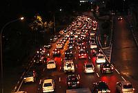 ATENCAO EDITOR: FOTO EMBARGADA PARA VEICULO INTERNACIONAL - SAO PAULO, SP, 13 DEZEMBRO 2012 - TRANSITO EM SAO PAULO -  Muita chuva deixou o transito engarrafado na 23 de maio nessa noite no sentido zona sul na regiao da Liberdade zona central da capital paulista nessa  quinta, 13. (FOTO: LEVY RIBEIRO / BRAZIL PHOTO PRESS)