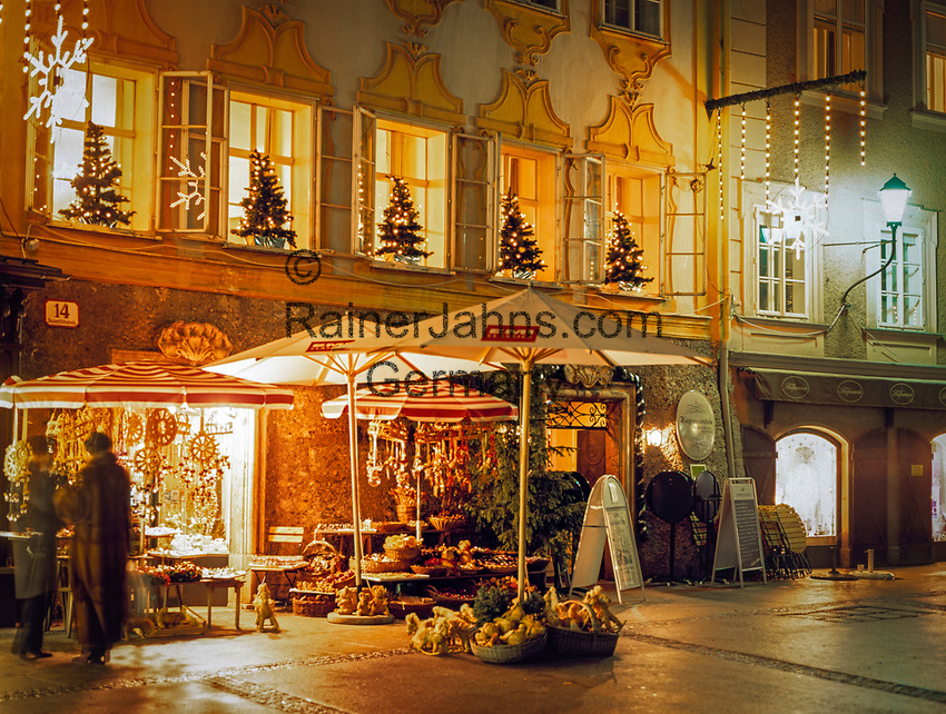 Oesterreich, Salzburger Land, Salzburg: Mozarts Geburtshaus zur Vorweihnachtszeit | Austria, Salzburger Land, Salzburg, Mozart's birthplace at advent season