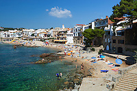 Spain, Catalonia, Costa Brava, Calella de Palafrugell: View over beach and seafront | Spanien, Katalonien, Costa Brava, Calella de Palafrugell