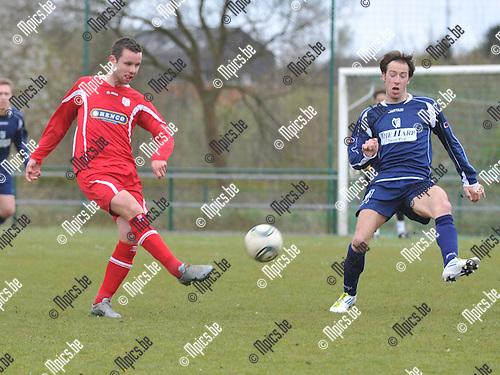 2012-04-15 / voetbal / seizoen 2011-2012 / SK Herentals - VC Herentals / Tom Jeurissen (r) (SK Herentals) probeert een pass van Jochen Slechten (l) (VC Herentals) te onderscheppen.