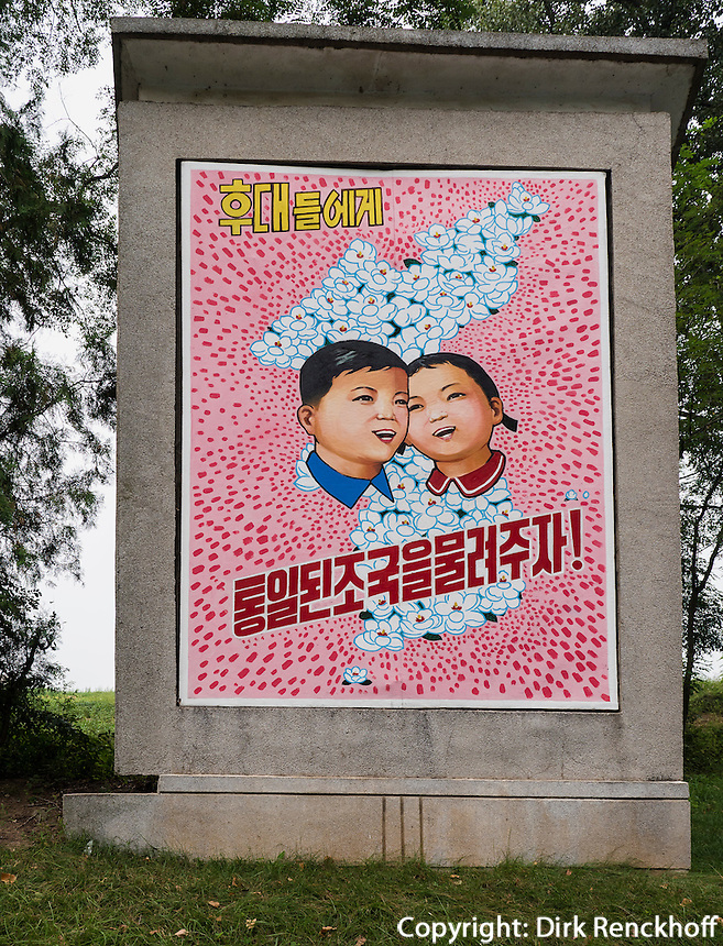 Plakatwand in Panmunjeom, Nordkorea, Asien<br /> Billboard in Panmunjeom, North Korea, Asia
