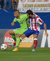 MADRID - ESPAÑA - 01-10-2014: Arda Turan (Der.) jugador de Atletico de Madrid de España, disputa el balon Arturo Vidal (Izq.) jugadores de Juventus de Italia durante partido del la UEFA Liga de Campeones, Atletico de Madrid  y Juventus en el estadio Vicente Calderon de la ciudad de Madrid, España. / Arda Turan (R) player of Atletico de Madrid of Spain vies for the ball with Arturo Vidal (L) players of Juventus of Italy, during a match between Atletico de Madrid and Juventus for the UEFA Champions League in the Vicente Calderon stadium in Madrid, Spain  Photo: Asnerp / Patricio Realpe / VizzorImage.