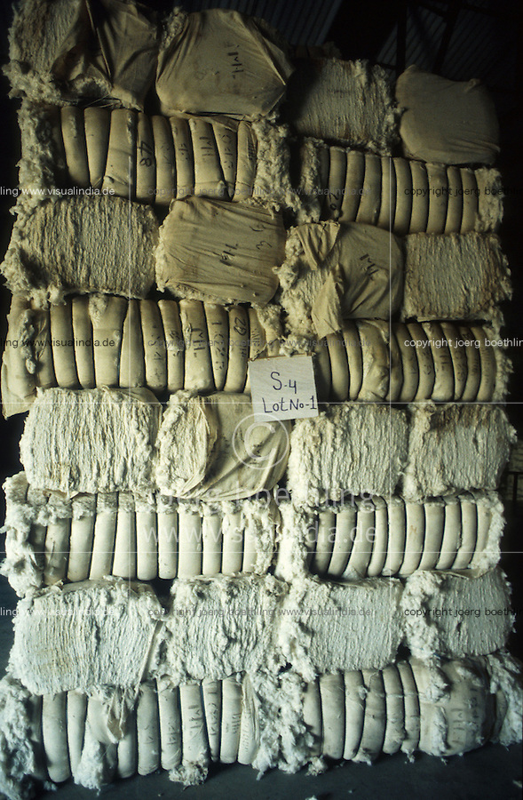 INDIA, Khargoan, Maikaal Fibres Ltd. cotton spinning mill, processing of organic cotton, raw cotton bales in stock / INDIEN, Maikaal Spinnerei, Verarbeitung von Biobaumwolle