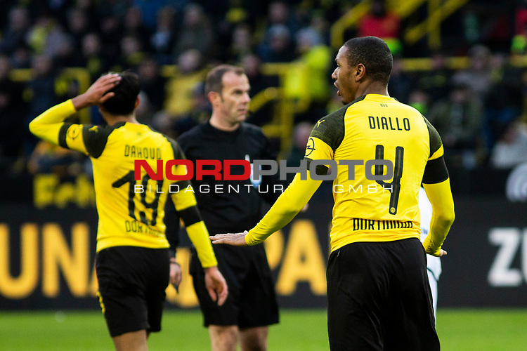 09.02.2019, Signal Iduna Park, Dortmund, GER, 1.FBL, Borussia Dortmund vs TSG 1899 Hoffenheim, DFL REGULATIONS PROHIBIT ANY USE OF PHOTOGRAPHS AS IMAGE SEQUENCES AND/OR QUASI-VIDEO<br /> <br /> im Bild | picture shows:<br /> Abdou Diallo (Borussia Dortmund #4) beruhigt seine Vorderleute,  <br /> <br /> Foto &copy; nordphoto / Rauch