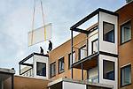 NIEUWEGEIN - In Nieuwegein is Transvorm bezig met de transformatie van een kantoorgebouw naar een appartementencomplex. In opdracht van woningcorporatie Jutphaas Wonen wordt het 4350 m2 kantoorpand omgebouwd naar 50 sociale huurwoningen. Alle woningen hebben een balkon gekregen waarbij het originele raam wat moest wijken voor een balkondeur hergebruikt is in het balkon. Voor de toilet en doucheruimtes is net als een ander vernieuwbouwproject aan de Brinkwal, gebruik gemaakt van prefabelementen die op wieltjes op hun plaats gereden werden. Omdat de douchehokken niet door de deur konden, is op sommige plaatsen de gevel keurig open gezaagd om doorgaan te verlenen, waarna de gevel weer gedicht werd. Jutphaas Wonen is eerder genomineerd voor de Nederlandse Duurzaam Bouwen Awards 2014 in de categorie Duurzaamste woningcorporatie. COPYRIGHT TON BORSBOOM
