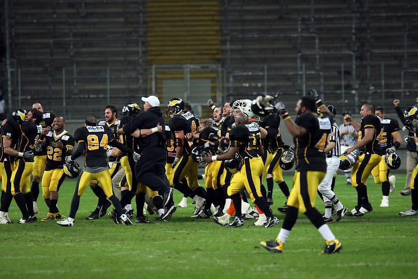 Siegesjubel Berlin Adler<br /> German Bowl XXXI Berlin Adler vs. Kiel Baltic Hurricanes, Commerzbank Arena *** Local Caption *** Foto ist honorarpflichtig! zzgl. gesetzl. MwSt. Auf Anfrage in hoeherer Qualitaet/Aufloesung. Belegexemplar an: Marc Schueler, Alte Weinstrasse 1, 61352 Bad Homburg, Tel. +49 (0) 151 11 65 49 88, www.gameday-mediaservices.de. Email: marc.schueler@gameday-mediaservices.de, Bankverbindung: Volksbank Bergstrasse, Kto.: 151297, BLZ: 50960101