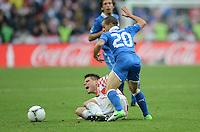 FUSSBALL  EUROPAMEISTERSCHAFT 2012   VORRUNDE Italien - Kroatien                    14.06.2012 Ognjen Vukojevic (li, Kroatien) gegen Sebastian Giovinco (re, Italien)