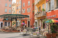 France, Provence-Alpes-Côte d'Azur, Grasse: old town with café at Place de la Poissonnerie | Frankreich, Provence-Alpes-Côte d'Azur, Grasse: Altstadt mit Café am Place de la Poissonnerie