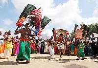 Nederland Den Helder  2016  06 26. Jaarlijkse tempelfeest bij de Hindoe tempel in Den Helder.. Vereniging Sri Varatharaja Selvavinayagar voltooide in 2003 het gebouw dat wordt gebruikt voor het bevorderen van kunst en cultuur. Een ander deel wordt gebruikt voor het praktiseren van religieuze waarden. Het hoogtepunt van de feestperiode is het voorttrekken van de wagen ( chithira theer of ratham ). Dit is een kleurrijke optocht, waarbij de godheid Ganesh in de wagen wordt voortgetrokken door gelovigen. Rituele dans. Bij enkele mannen zijn haken in hun rug bevestigd.  Foto Berlinda van Dam /  Hollandse Hoogte