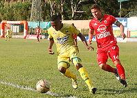 FLORIDABLANCA -COLOMBIA, 09-07-2016. Jairo Castillo (Izq) jugador de Bucaramanga  disputa el balón con Nicolas Carreño (Der) de Patriotas FC durante encuentro  por la fecha 2 de la Liga Aguila II 2016 disputado en el estadio Alvaro Gómez Hurtado./Jairo Castillo  (L) player of Bucaramanga fights for the ball with Nicolas Carreno (R) player of Patriotas FC during match for the date 2 of the Aguila League II 2016 played at Alvaro Gomrz Hurtado stadium . Photo:VizzorImage / Duncan Bustamante / Contribuidor