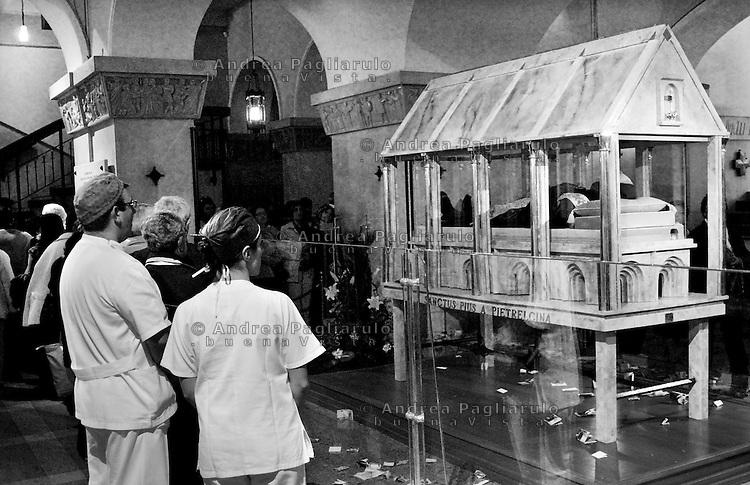 Italia, San Giovanni Rotondo (FG), Convento dei Frati Cappuccini. <br /> Ostensione del corpo di Padre Pio nella cripta della chiesa di Santa Maria Delle Grazie.<br /> Italy, San Giovanni Rotondo (FG), Monk's Convent. <br /> Show off the body of Padre Pio.