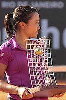 RIO DE JANEIRO, RJ, 23.02.2014 - A japonesa Kurumi Nara, vencedora do Rio Open 2014, com o troféu na quadra central do Jockey Club neste domingo. (Foto: Néstor J. Beremblum / Brazil Photo Press).