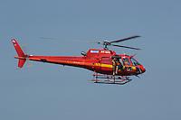 RIO DE JANEIRO, RJ, 26 AGOSTO 2012-ACAO DE RESGATE DOS BOMBEIROS- Um helicoptero dos bombeiros quase aterrisa no Arpoador para resgatar um banhista se afogando em Arpoador, zona sul do Rio de Janeiro.(FOTOMARCELO FONSECA BRAZIL PHOTO PRESS).