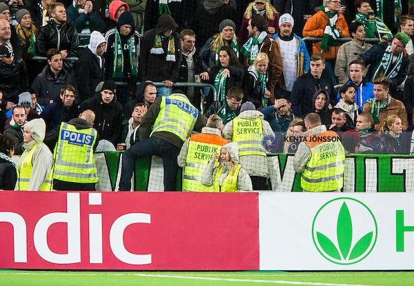 Stockholm 2014-10-21 Fotboll Superettan Hammarby IF - &Ouml;stersunds FK :  <br /> Publikv&auml;rdar och poliser vid Hammarbys supportrar d&auml;r en person ser ut att ha skadat sig under matchen mellan Hammarby IF och &Ouml;stersunds FK <br /> (Foto: Kenta J&ouml;nsson) Nyckelord:  Superettan Tele2 Arena Hammarby HIF Bajen &Ouml;stersund &Ouml;FK supporter fans publik supporters skada skadan ont sm&auml;rta injury pain olycka polis poliser