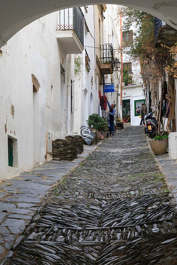 Espagne, Catalogne, Costa Brava, Cadaqués, ruelle pavée Des Call // Spain, Catalonia, Costa Brava, Cadaques, cobbled street
