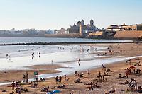 Spanien, Andalusien, Cadiz: Blick vom Playa Santa Maria del Mar auf die Stadt mit der Santa Cruz Kathedrale | Spain, Andalusia, Cadiz: Santa Cruz Cathedral viewed at sunset from Playa Santa Maria del Mar