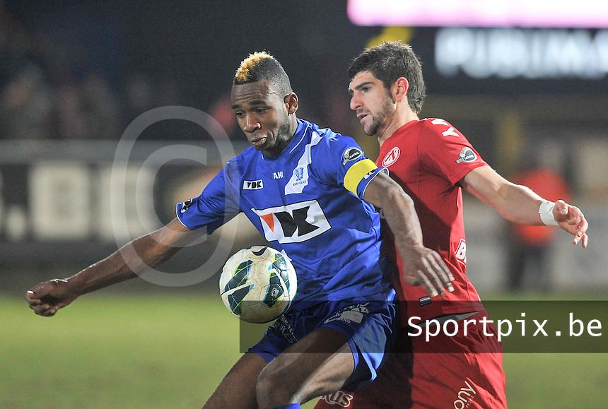 KV Kortrijk - AA Gent : Ilombe Mboyo aan de bal voor Stefan Mitrovic.foto VDB / BART VANDENBROUCKE