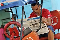 HAB01. LA HABANA (CUBA), 20/04/2011.- El conductor de un bicitaxi lee la prensa hoy, miércoles 20 de abril de 2011, en La Habana (Cuba), un día después de la clausura del VI Congreso del Partido Comunista de Cuba (PCC). EFE/Alejandro Ernesto.