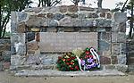 2007-08-10 Węgorzewo, cmentarz wojenny z lat 1914-1918, zlokalizowny nad jeziorem Świcajty. Cmentarz powstał w 1917 roku, aby uczcić pamięć żołnierzy, którzy polegli w I wojnie światowej. Pochowano na nim 344 żołnierzy niemieckich i 234 żołnierzy rosyjskich. Mogiły żołnierzy obu wrogich sobie wojsk umiejscowione są po obu stronach alejek wytyczonych wzdłuż kamiennego muru ogrodzenia. Na podwyższonym tarasie w samym centrum cmentarza znajduje się wysoki drewniany krzyż, który ufundowała rodzina Lehndorff.