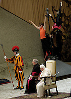 Gli artisti dello spettacolo viaggiante si esibiscono davanti a Papa Benedetto durante la sua udienza dedicata a loro nell'aula Paolo VI, Citta' del Vaticano, 1 dicembre 2012..Circus artists and workers perform during an audience attended by Pope Benedict XVI at the Paul VI hall, Vatican, 1 December 2012..UPDATE IMAGES PRESS/Riccardo De Luca