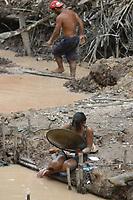 """Centenas de garimpeiros chegam todos os dias a beira do rio Juma para se dirigir ao garimpo de lanchas voadeiras. No meio da mata garimpeiros continuam a cavar em busca de ouro na grota Rica. Milhares de garimpeiros se encontram espalhados pela regi""""o do Garimpo em busca de novas jazidas. O  garimpo descoberto em Novo Aripuan"""", no sul do Amazonas no igarapÈ da Preciosa, um afluente do rio Juma (a 70 km da cidade de ApuÌ) vai crescendo com dezenas de buracos abertos sob a selva.<br /> Novo Aripuan"""", Amazonas, Brasil<br /> 01/02/2007<br /> Foto Paulo Santos/Interfoto"""