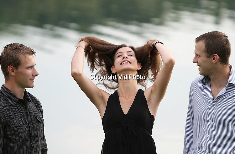 Foto: VidiPhoto..VALBURG - Portretserie met Raymond van Hal, zijn broer en vriendin tussen het graan en bij recreatieplas Gat van Hagen.