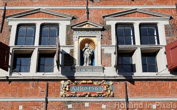 Hoorn - Gevel van de Boterhal. De Boterhal is een kunstcentrum gevestigd in het voormalige Sint Jans Gasthuis aan het Kerkplein in Hoorn. De Boterhal fungeert als  expositieruimte van de Kunstenaarsvereniging Hoorn & Omstreken. Het Sint Jans Gasthuis, waar de Boterhal gevestigd is, werd gebouwd in 1563 en verloor in 1841 de functie van gasthuis. Het werd in 1860 ingericht als kleding- en wapenmagazijn van het te Hoorn gelegerde garnizoen. Toen in 1922 het garnizoen werd opgeheven besloot het gemeentebestuur om het in gebruik te nemen als boterhal. Na als overdekte botermarkt gediend te hebben, werd in 1954 het gebouw ingericht als sociale werkplaats. Later gebruikte het Westfries Museum het gebouw als tijdelijk depot.
