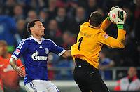 FUSSBALL   1. BUNDESLIGA    SAISON 2012/2013    11. Spieltag   FC Schalke - 04 Werder Bremen                              10.11.2012 Jermaine Jones (li, FC Schalke 04) gegen Sebastian Mielitz (re, SV Werder Bremen)