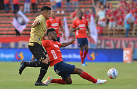MEDELLÍN - COLOMBIA, 19-08-2018: Elvis Perlaza (Der) jugador del Medellín disputa el balón con Jhonny Vasquez (Izq) de Rionegro Aguilas durante el partido entre Deportivo Independiente Medellín y Rionegro Aguilas por la fecha 5 de la Liga Águila II 2018 jugado en el estadio Atanasio Girardot de la ciudad de Medellín. / Elvis Perlaza (R) player of Medellin vies for the ball with Jhonny Vasquez (L) player of Rionegro Aguilas during match between Deportivo Independiente Medellin and Rionegro Aguilas for the date 5 of the Aguila League II 2018 played at Atanasio Girardot stadium in Medellin city. Photo: VizzorImage / Leon Monsalve / Cont