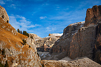Italien, Trentino - Alto Adige, oberhalb von Canazei: Blick von der Sella-Joch-Passstrasse auf das Sella Massiv mit dem Sass Pordoi | Italy, Trentino - Alto Adige, above Canazei: view from Sella Pass Road towards Sella Group with Sass Pordoi mountain