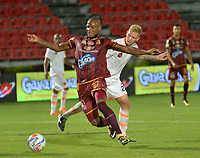 IBAGUÉ- COLOMBIA , 8-03-2018: Erik Correa(Izq.) jugador de Deportes Tolima  disputa el balón con Juan Saiz (Der.) jugador del Envigado FC   durante partido por la fecha 7de la Liga Águila I 2018 jugado en el estadio Manuel Murillo Toro de la ciudad de Ibagué. / Erik Correa  (L) player of Deportes Tolima fights for the ball with G Saunders (R) player of Envigado FC during match for the date 7 of the Aguila League I 2018 at Manuel Murillo Toro  stadium in Ibague city. Photo: VizzorImage  /Juan Carlos Escobar / Contribuidor