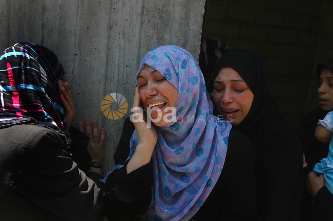 Relatives of Palestinian Islamic Jihad militant Anwar Isleem mourn during his funeral in Bureij Refugee Camp in central Gaza Strip on August 20, 2011. Anwar Isleem and Emad Abu Aabdeh were killed during an Israeli airstrike in response to militant rockets. Photo by Ashraf Amra