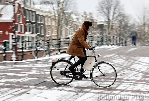 Fietsen in de sneeuw in Amsterdam