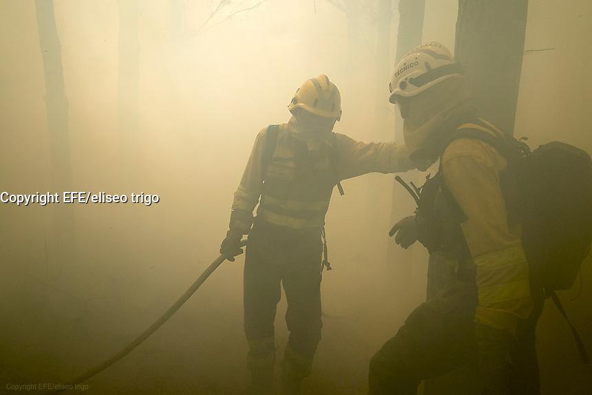 Fecha: 23-07-2015.-  Lugo.- Incendios de Verano.-   Debido a las continuas olas de calor y a la falta de precipitaciones, esta todo tan seco que arde con mucha facilidad, medios aéreos y terrestres combaten el fuego. Hoy en Lugo fueron varios los incendios que durante todo el día quemaron pinos, y pastos. En la imagen un incendio cerca del pueblo Castelo Grande, en Lugo. El fuego comenzó sobre las 10:30 de la mañana.