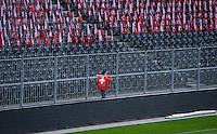 Fussball International  WM Qualifikation 2014   in Bern Schweiz - Slowenien         15.10.2013 Helfer mit Schweizer Fahne im Stade de Suisse in Bern
