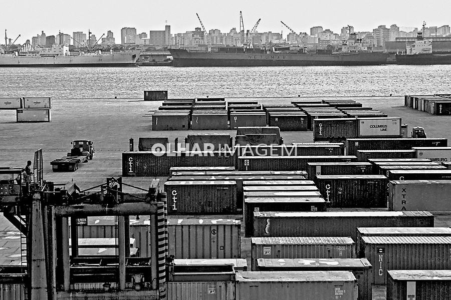 Terminal de containers do porto de Santos, São Paulo. 1982.Foto de Juca Martins.
