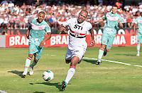 ATENÇÃO EDITOR: FOTO EMBARGADA PARA VEÍCULOS INTERNACIONAIS - SÃO PAULO, SP, 18 DE NOVEMBRO DE 2012 - CAMPEONATO BRASILEIRO - SÃO PAULO x NAUTICO: Luis Fabiano (c) durante partida São Paulo x Nautico válida pela 36ª rodada do Campeonato Brasileiro de 2012 no Estádio do Morumbi. FOTO: LEVI BIANCO - BRAZIL PHOTO PRESS