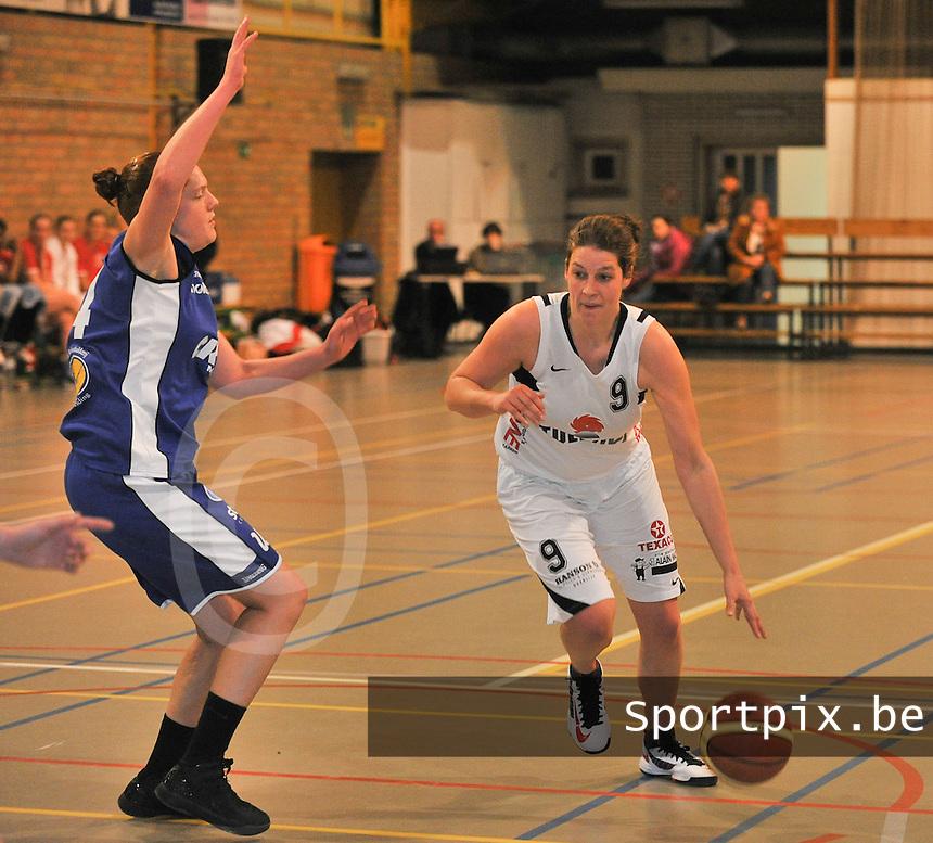 Tulikivi Deerlijk - Blue Cats Ieper : Eline Verbeest aan de bal voor haar tegenstander Lien Lentacker (links).foto VDB  / Bart Vandenbroucke