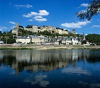 France, Loire Valley, Département Indre-et-Loire, Chinon: Town and ruined Château de Chinon reflected in La Vienne river | Frankreich, Département Indre-et-Loire, Chinon: mit Ruine des Château de Chinon am Ufer der Vienne