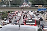 S&Atilde;O PAULO, SP, 25/06/2012, TRANSITO.<br /> <br /> &Eacute; grande o movimento na Av. Radial Leste na tarde de hoje (25).<br /> <br /> Luiz Guarnieri/ Brazil Photo Press