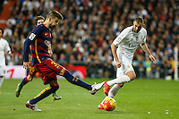 Real Madrid´s Karim Benzema (R) and Barcelona´s Pique during 2015-16 La Liga match between Real Madrid and Barcelona at Santiago Bernabeu stadium in Madrid, Spain. November 21, 2015. (ALTERPHOTOS/Victor Blanco) /NortePhoto