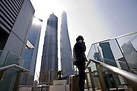 Un uomo parla al suo telefono nella zona della city finanziaria.<br /> The skyline of Shanghai's Financial Center,