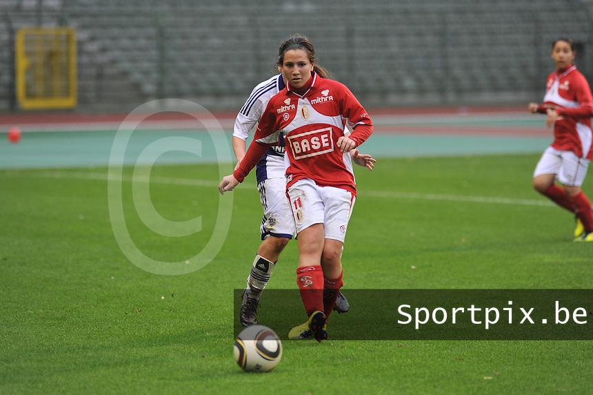 RSC Anderlecht Dames - Standard Femina de Liege : Vanity Lewerissa aan de bal.foto JOKE VUYLSTEKE / Vrouwenteam.be