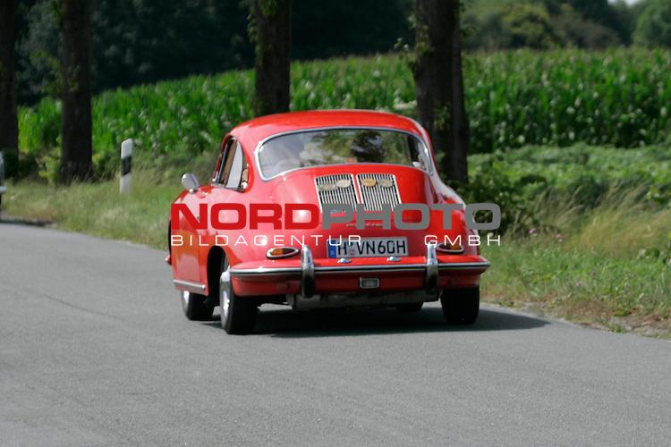 Von der ADAC - Niedersachsen- Classic 2007. Hier Porsche 356 B Bj. 1961 - auf der L444 zwischen Bad Nenndorf/Reinsen und Stadthagen am 21.07.2007. Foto: Fritz Rust v. Graevemeyer Weg 38A 30539 Hannover.PostBk. Han.35420-306.Tel.0511/527945. FA.Han-Mitte24/307/04307.