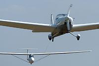 4415/Motorseglerschlepp:DEUTSCHLAND, HAMBURG, Boberg 12.08.2004:Luftsport, Motorseglerschlepp, Rotax Falke, Banjo, UL Segelflug, durch die hohen Betriebskosten werden jetzt vermehrt Mototsegler zum Schleppen von Segelflugzeugen eingesetzt. Das geschleppte Segelflugzeug ist ein UL Segelflugzeug. Auch hier versucht man wieder Einfach Flugzeuge in der Fliegerei einzusetzten.