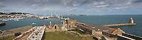 Royaume-Uni, îles Anglo-Normandes, île de Guernesey, Saint Peter Port: Depuis Castle Cornet vue  la ville et le port // United Kingdom, Channel Islands, Guernsey island, Saint Peter Port: Castle Cornet , the harbour and  the tawn